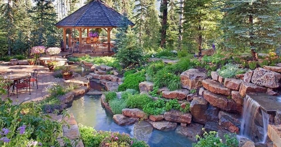 Ariana Grande escolheu esta casa para descansar no estado americano do Colorado. Com uma diária de R$ 34.900 a mansão tem de piscina indoor a uma pista de boliche. https://www.airbnb.com.br/rooms/21783679