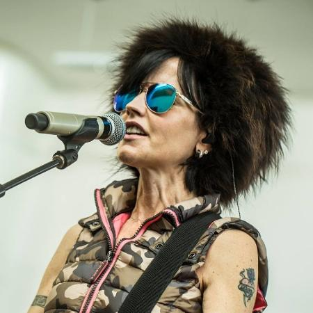"""A cantora Dolores O""""Riordan, do Cramberries, morreu aos 46 anos - Reprodução/Facebook"""