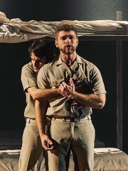 Hugo Bonemer abraça namorado em peça - Reprodução/Instagram/helt