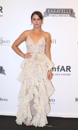 Neta de Grace Kelly, Pauline Ducruet, estudante de moda na renomada Parsons School of Design, em Nova York, posa com seu vestido branco na 8ª edição do baile de gala da AmfAr, em São Paulo