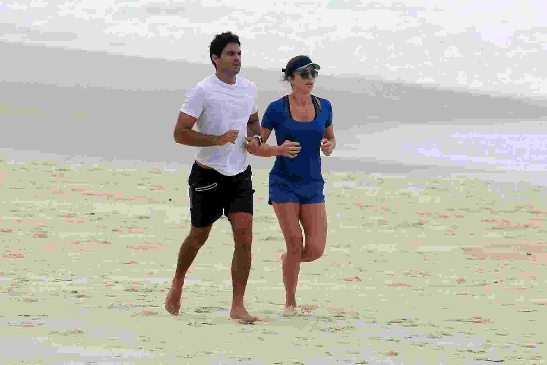 Grazi correu na areia da praia de São Conrado, zona sul do Rio, com o namorado, o empresário Patrick Bulus - Ag.News