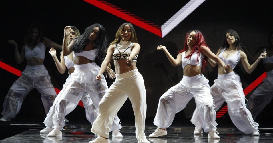 Anitta com tênis Adidas em show: ela e os dançarinos usam o clássico Stan Smith