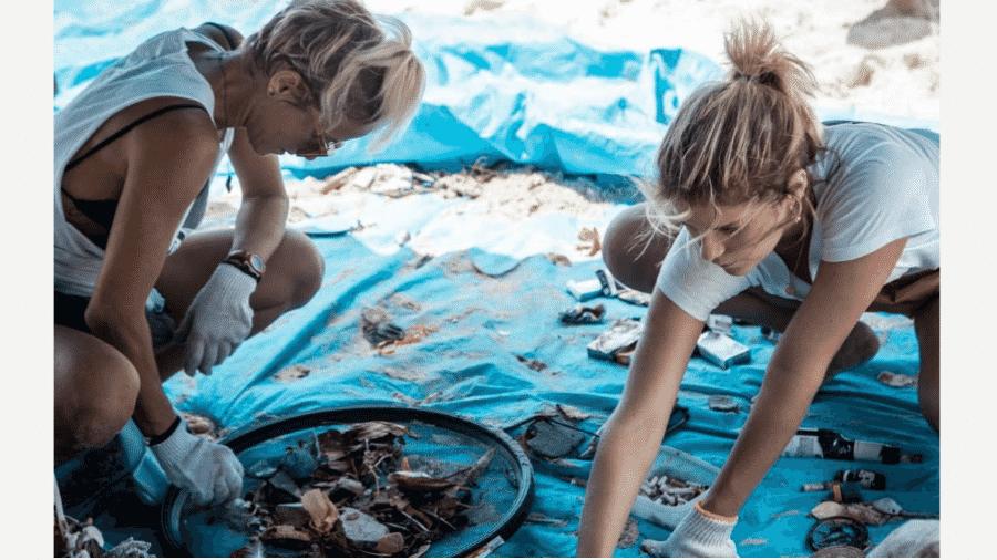 Fernanda Freitas e Isabella Santoni separam lixo em praia de São Conrado, no Rio - Reprodução/Instagram