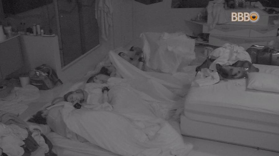 Grupo vermelho dorme acorrentado no chão do quarto diamante - Reprodução/GlobosatPlay