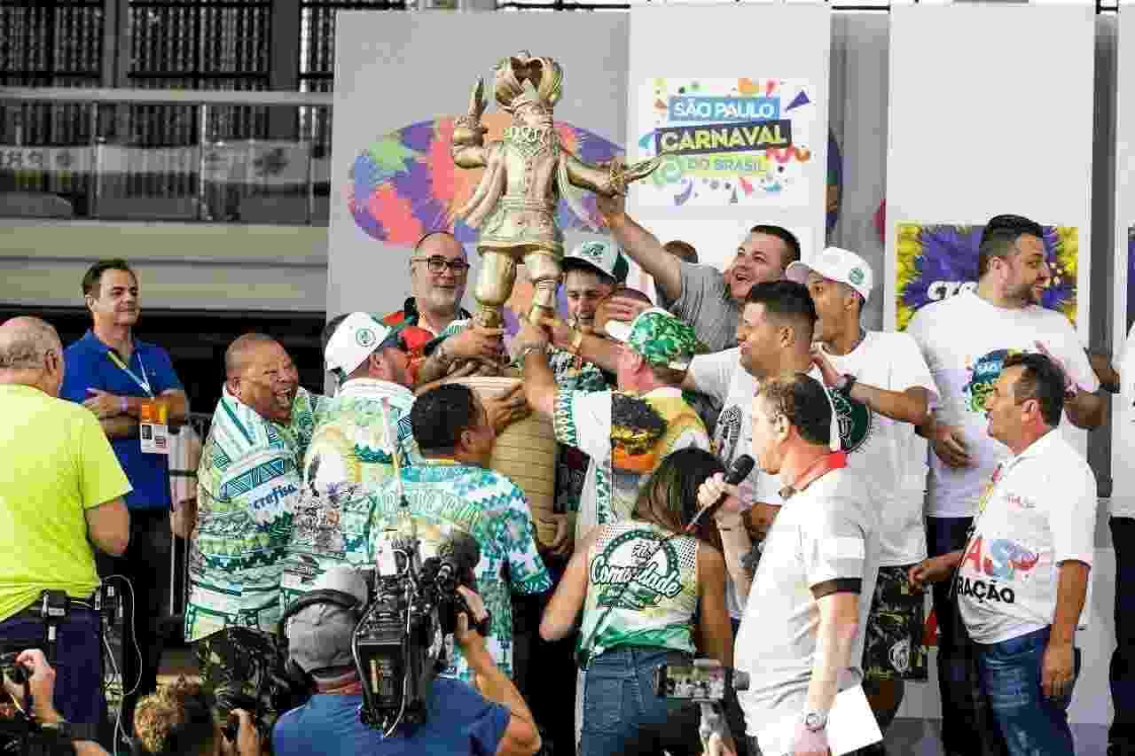 Integrantes da Mancha Verde comemoram primeiro título do Carnaval de SP - Mariana Pekin/UOL