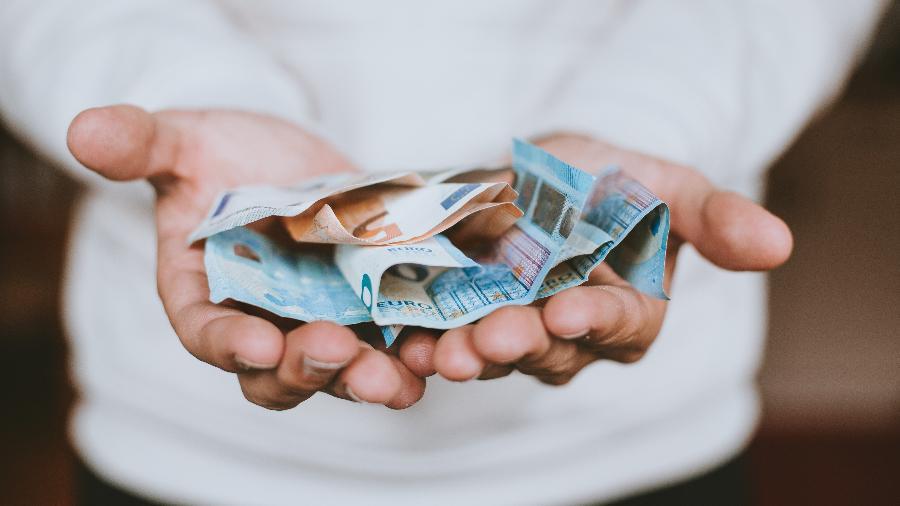 Dinheiro em agosto - Christian Dubovan/Unsplash