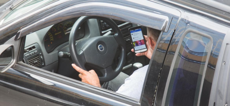 No estudo do Ministério da Saúde, 19,3% dos entrevistados nas capitais brasileiras admitiram usar o celular enquanto dirigem - Danilo Verpa/Folhapress