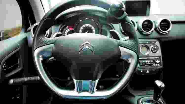Veículo pode receber adaptações de acordo com a deficiência, como alavanca no volante para frear e acelerar - Bruno Poletti/Folhapress