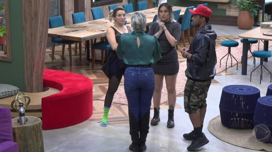 Andréa Nóbrega discute com Tati Dias - Reprodução/Play Plus