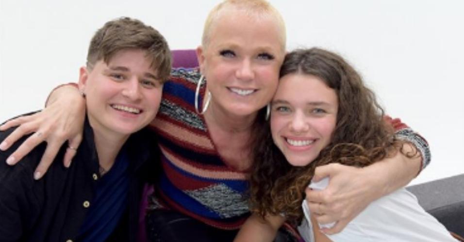 Xuxa entre a ativista Iana Malmann e a atriz Bruna Linzmeyer