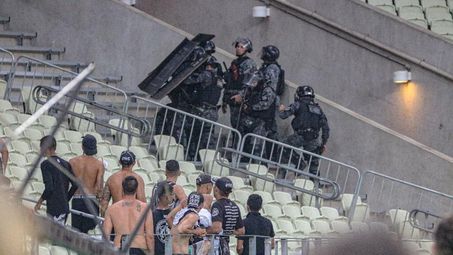Confusão entre torcedores do Ceará em partida contra o time do Fortaleza, válida pela 32ª rodada do Campeonato Brasileiro  - Estadão Conteúdo