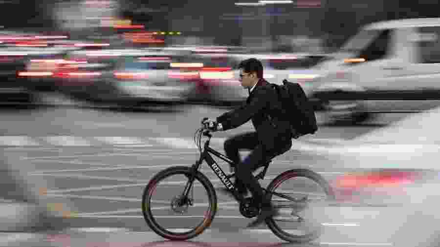 Ciclista no cruzamento entre as avenidas Faria Lima e Juscelino Kubitschek, na zona oeste de São Paulo - Eduardo Knapp/Folhapress