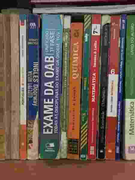 Andreia guarda em casa os livros que a ajudaram a entrar na faculdade e no concurso para PM - Arquivo Pessoal