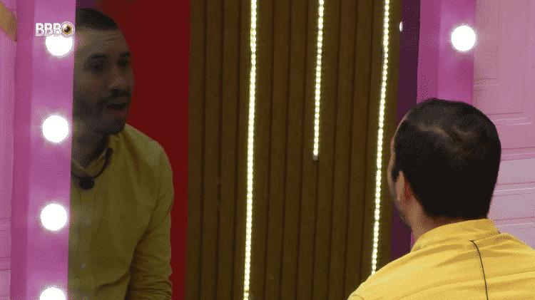 BBB 21: Gil fala sozinho durante a festa do líder Caio - Reprodução/Globoplay - Reprodução/Globoplay