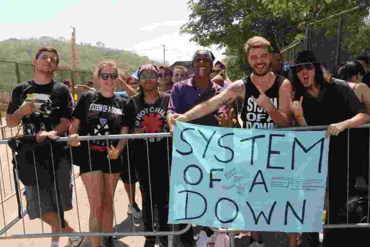 24.set.2015 - Fãs do System of a Down já fazem fila para o quarto dia do Rock in Rio - Zulmair Rocha/UOL