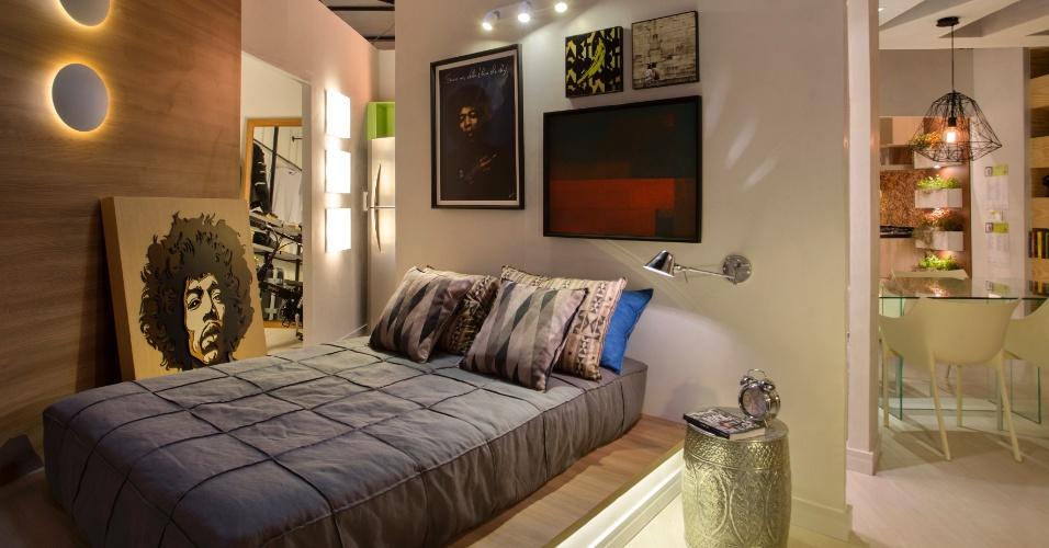 Inspire-se na ideia da dupla Nilton Montarroyos e Estela Pinheiro, para o Apartamento do Arquiteto, e simplifique a decoração do quarto. No lugar de uma cama tradicional, coloque o colchão diretamente sobre uma base de gesso e madeira, e dê um ar despojado ao dormitório | O projeto está exposto na Morar Mais por Menos RJ (www.morarmais.com.br) até 2 de novembro de 2015