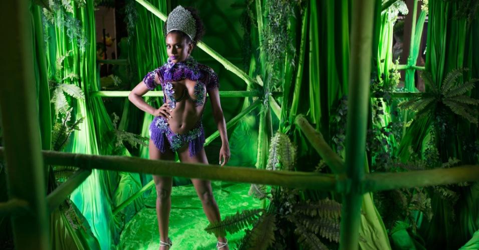 Tarine Lopes, princesa da X-9 Paulistana, em ensaio exclusivo ao UOL Carnaval na quadra da escola