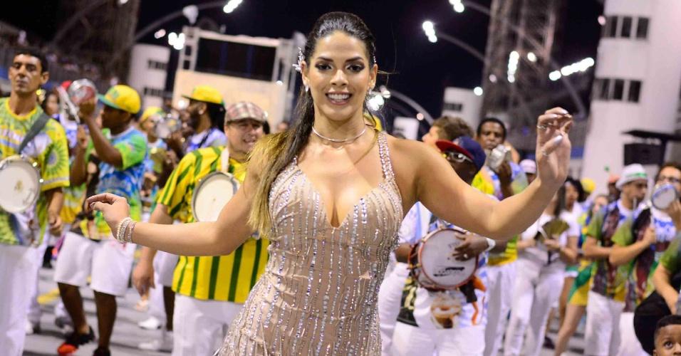 16.jan.2016 - Nuelle Alves participou do ensaio técnico da Unidos do Peruche, que aconteceu na noite de sexta (15). A modelo exibiu seu corpão em um vestido curto.