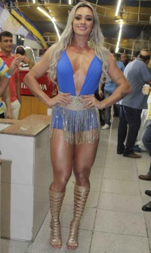 17.jan.2016 - A musa Juju Salimeni usa vestido revelador durante ensaio na quadra da Unidos da Tijuca, no Rio de Janeiro.