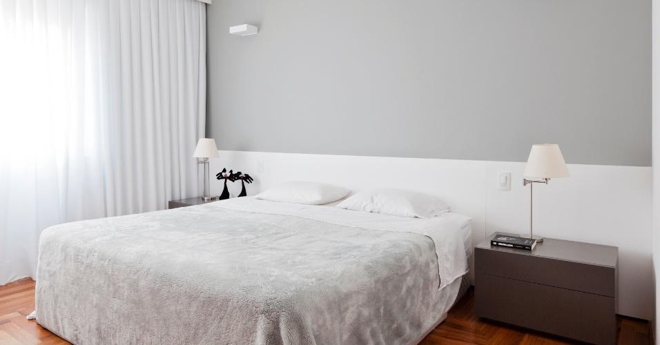 O quarto do casal do apartamento de 160 m2, no Paraíso, zona sul de São Paulo, também recebeu piso de assoalho de cumaru. A cabeceira da cama é de mdf laqueado, completada por pintura cinza na parede. Os criados mudos foram desenhados no escritório de Renato Dalla Marta, arquiteto autor do projeto