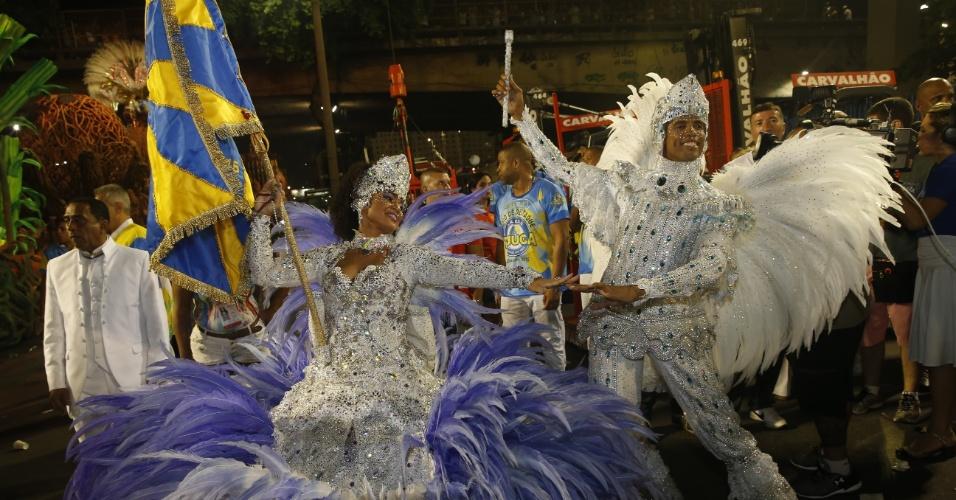 8.fev.2016 - Casal de mestre-sala e porta-bandeira Unidos da Tijuca se prepara na concentração do desfile que falou sobre agricultura