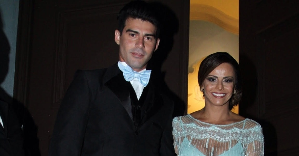 02.mar.2016 - A atriz Viviane Araújo chegou atrasada ao casamento de Eri Johnson