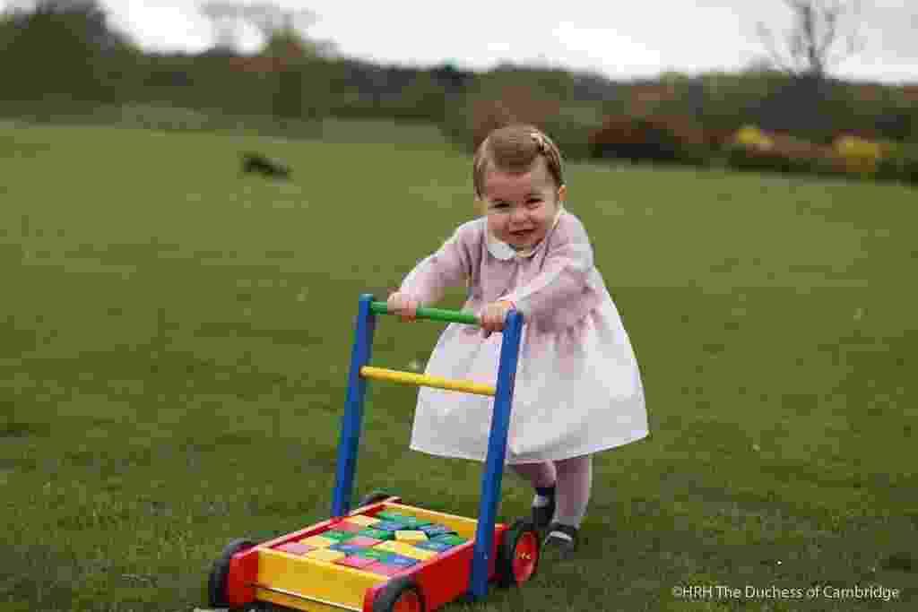 1.mai.2016 - Em comemoração ao primeiro aniversário da princesa Charlotte, Kate e William divulgaram novas fotos de sua filha mais nova, que nasceu em 2 de maio de 2015 - Reprodução/Twitter/Kensington Palace