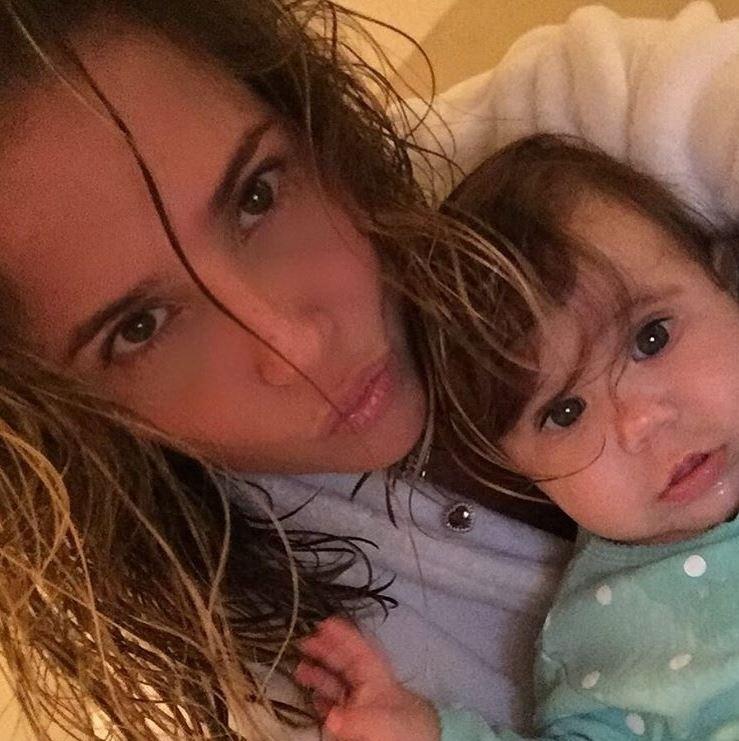 14.mai.2016 - A atriz Deborah Secco compartilhou um momento íntimo com seus seguidores do Instagram. Ela posou descabelada ao lado da pequena Maria Flor e declarou: