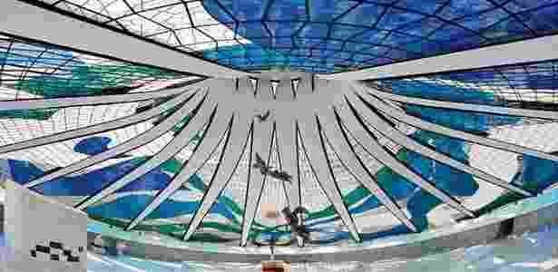 """Vitrais da Catedral Metropolitana de Brasília, parte da exposição """"A Arte Monumental de Marianne Peretti"""" - Foto por Breno Laprovítera e Jarbas Jr/Divulgação - Foto por Breno Laprovítera e Jarbas Jr/Divulgação"""