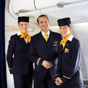 faae06fe293 Fotos  Qual companhia aérea tem os uniformes de comissários de bordo ...