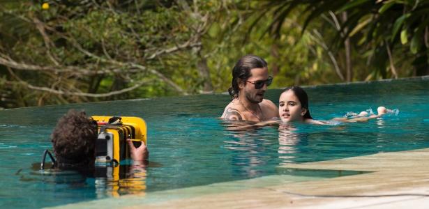 """Gui (Vladimir Brichta) ensina a filha Chiara (Lara Cariello) a nadar em cena de """"Rock Story"""" - Cesar Alves/Globo/Divulgação"""