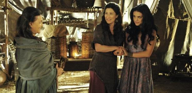 "Léia (Beth Goulart) e Samara (Paloma Bernardi) usam Adara (Yaçanã Martins) para enganar a rival em ""A Terra Prometida"" - Munir Chatack/TV Record"