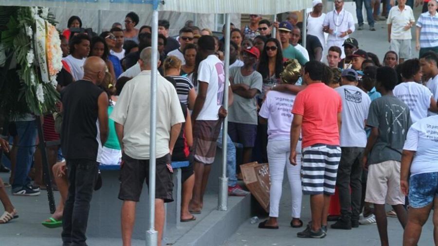 Familiares e amigos se despedem de Yuri Lourenço da Silva, de 19 anos  -  Anderson Borde / AgNews