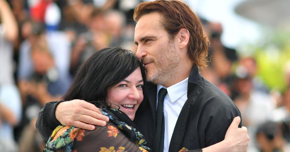 """O ator Joaquin Phoenix abraça a diretora britânica Lynne Ramsay durante a apresentação à imprensa do filme """"You Were Never Really Here"""" no Festival de Cannes"""
