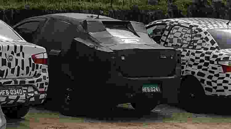 X6S, o futuro Argo Sedan, era escoltado por duas unidades do Grand Siena, ambas envelopadas - Denis Armelini/UOL - Denis Armelini/UOL