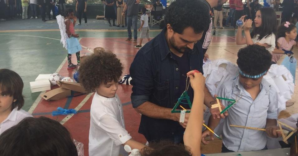 Luciano ajuda crianças da Casa de Zezinho produzir enfeites de Natal