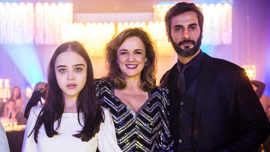Bella Piero assume que sua Laura não se sente próxima da família e diz que mãe Lorena (Sandra Corveloni) é fofoqueira e o padrasto Vinícius (Flavio Tolezani) é um delegado corrupto - Divulgação/TV Globo/Raquel Cunha