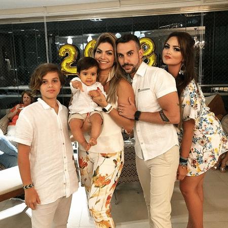 Suzanna (à direita) abraça o pai, Mico Freitas, em foto de família - Reprodução/Instagram/oficialkellykey