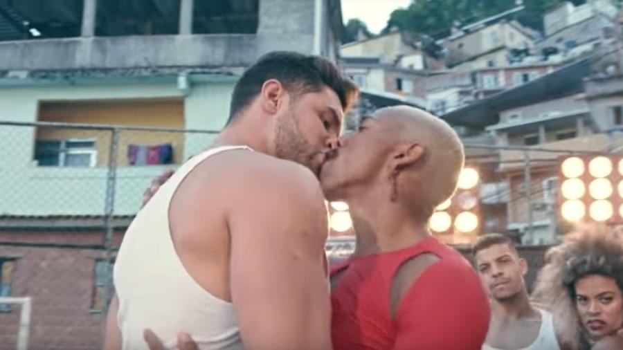"""Nego do Borel protagoniza beijo em """"Me Solta"""" - Reprodução/YouTube"""