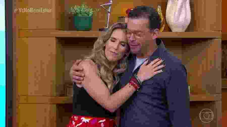 """Fernando Rocha consola Mariana Ferrão no """"Bem Estar"""" em homenagem a Boechat - Reprodução/Globo"""