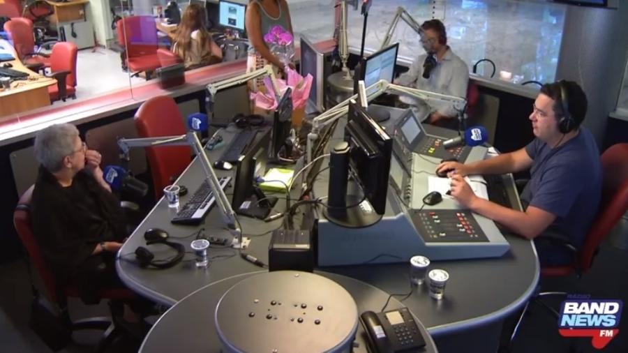 Barão comanda o programa na Band News FM; no lugar de Ricardo Boechat, que morreu em um acidente de helicóptero, foi colocada uma orquídea - Reprodução