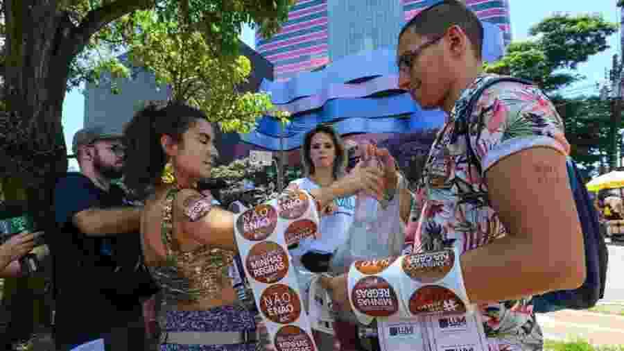 Grupo distribui adesivos e tatuagem contra o assédio no Bloco Casa Comigo, que sai da avenida Faria Lima, em Pinheiros - Marcelo Justo/UOL