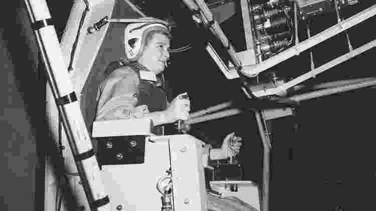 Jerrie em um simulador de voo em Ohio, na década de 60 - Reprodução