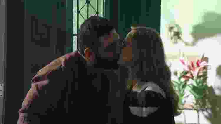 Omar (Miguel Nader) beija Eva (Betty Gofman) em Órfãos da Terra, novela das seis da Globo - Reprodução/TV Globo