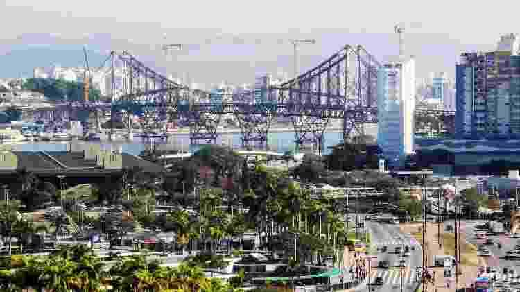 A Ponte Hercílio Luz, além de atrair mais turistas, deve ajudar a aliviar o complicado trânsito da cidade - Divulgação