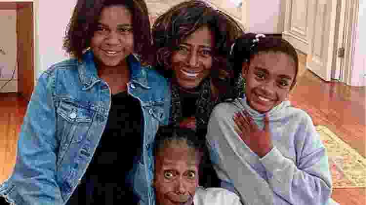 Gloria Maria aparece ao lado da mãe (centro) e filhas em foto rara - Reprodução/Instagram