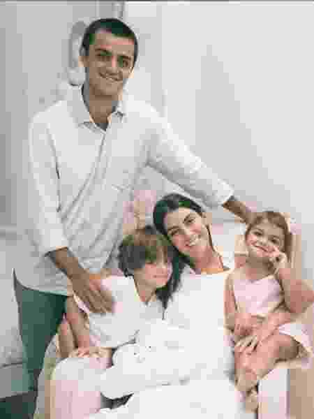 Felipe Simas com a esposa e os filhos - REPRODUÇÃO/INSTAGRAM