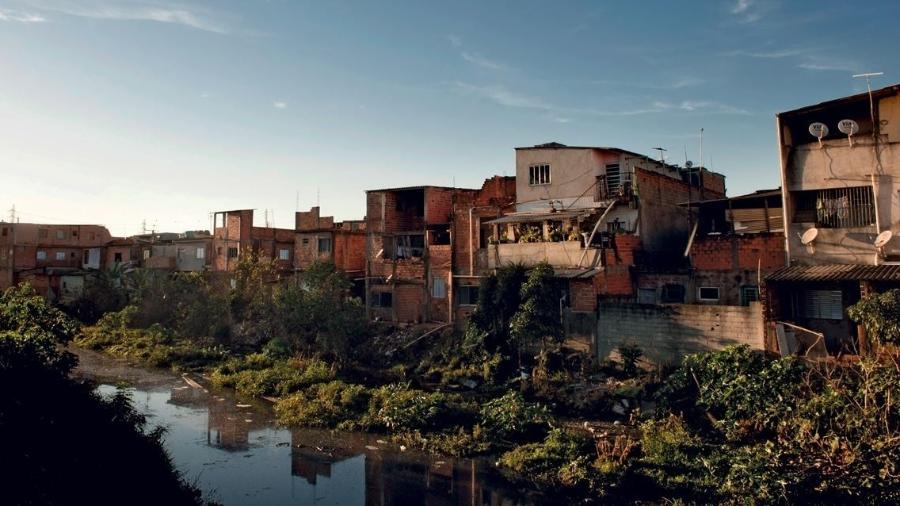 Esgoto a céu aberto em São Paulo: quase 40% dos municípios brasileiros não contam com nenhuma coleta, segundo a PNSB do IBGE - Léo Ramos Chaves/Pesquisa Fapesp