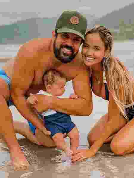 Sorocaba e Biah Rodrigues com o filho na praia - Reprodução/Instagram