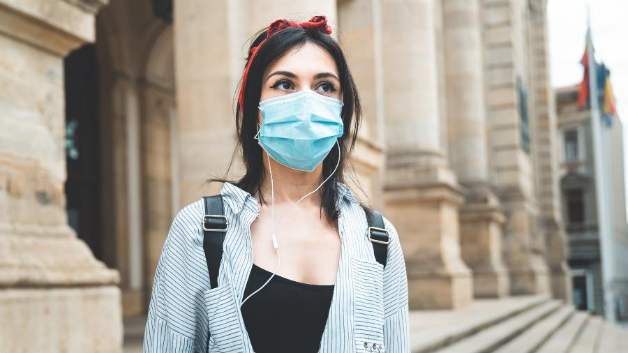 Mulher usa máscara de proteção contra o novo coronavírus - Getty Images/EyeEm